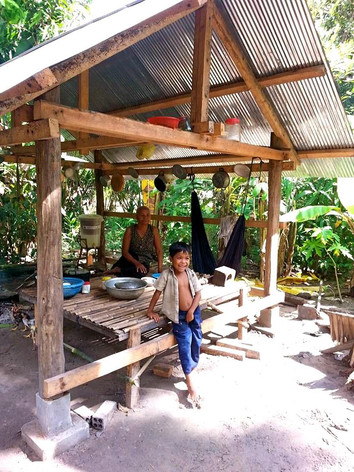 Oma van het dorpje Roemdeen heeft een keuken gekregen van de vrijwilligers